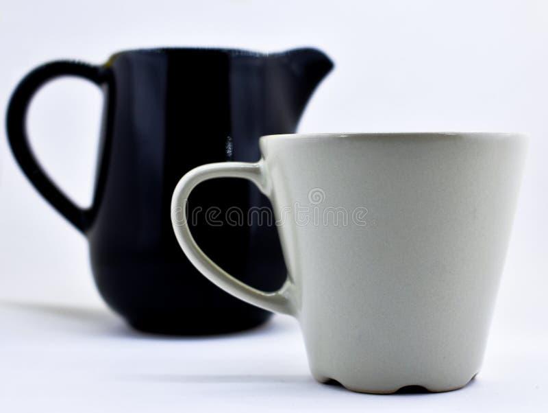 Potenciômetro do leite de Ceramik e caneca de café fotografia de stock royalty free