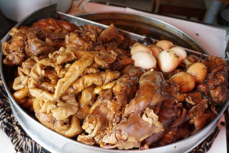Potenciômetro do pé da carne de porco cozido com as cinco especiarias no potenciômetro de aço inoxidável fotografia de stock royalty free