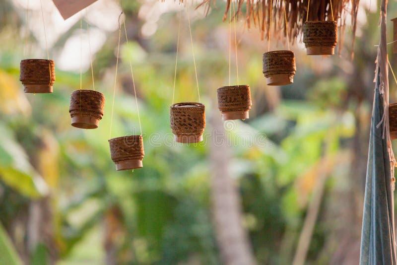 Potenciômetro do rattan do arroz pegajoso na suspensão imagem de stock royalty free