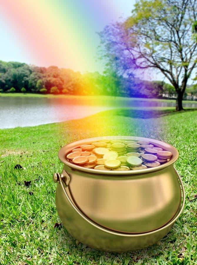 Potenciômetro dourado completamente de moedas de ouro imagens de stock