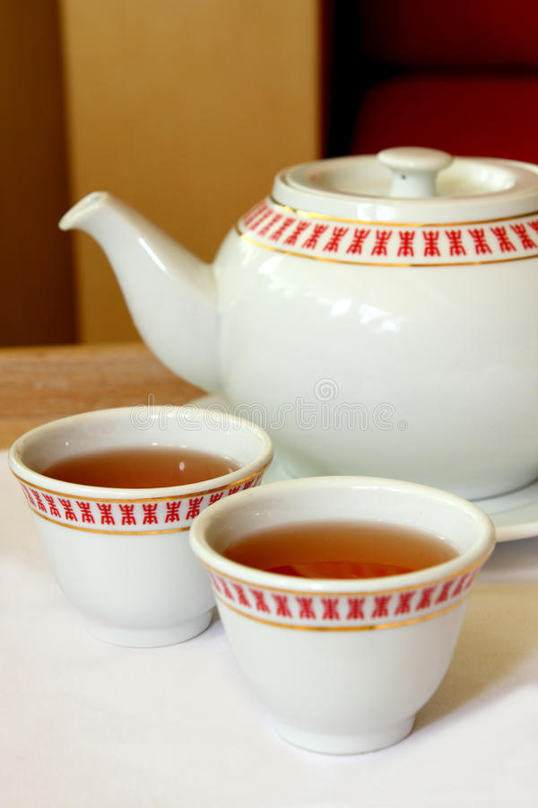 Potenciômetro e copos do chá fotos de stock