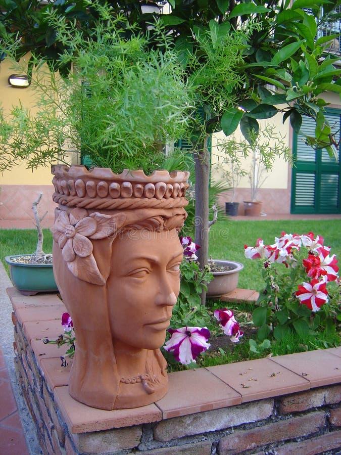 Potenciômetro em um jardim foto de stock royalty free