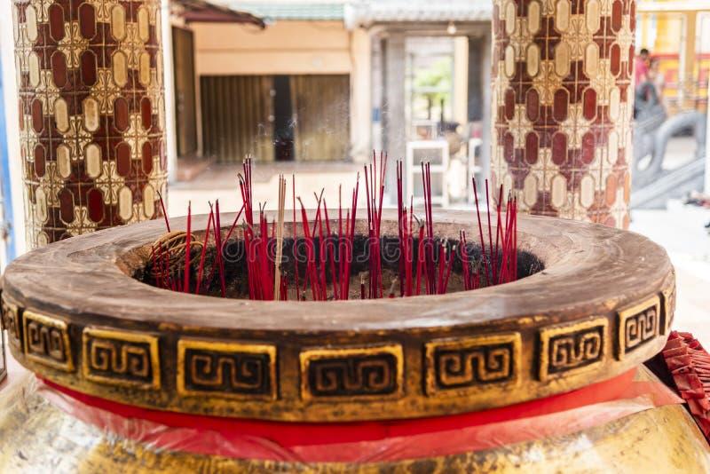 Potenciômetro gigante da vara de Joss com as varas vermelhas do incenso imagem de stock