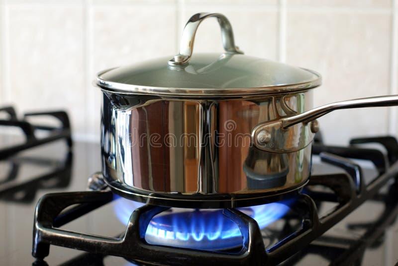 Potenciômetro no fogão de gás fotografia de stock royalty free