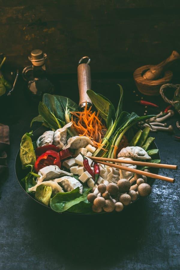 Potenciômetro quente da bolinha de massa asiática saboroso do vegetariano Ingredientes de alimento asiáticos coloridos frescos na imagens de stock royalty free