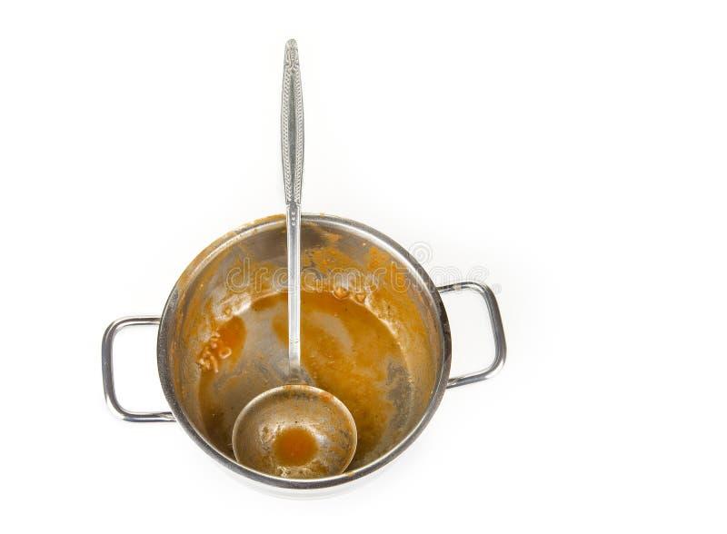 Potenciômetro sujo da cozinha com concha de uma sopa do tomate imagem de stock royalty free
