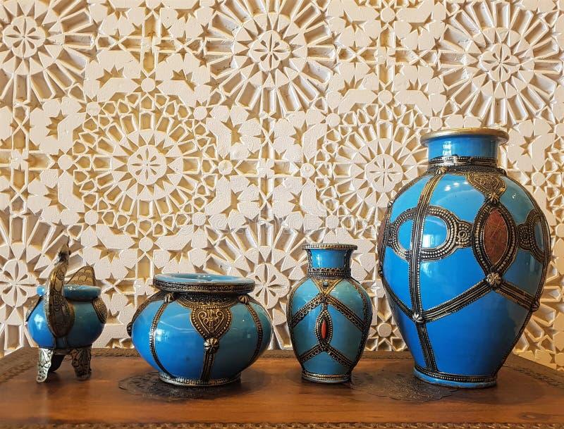 Potenciômetros azuis cerâmicos antigos bonitos usados agora como objetos decorativos somente fotografia de stock royalty free