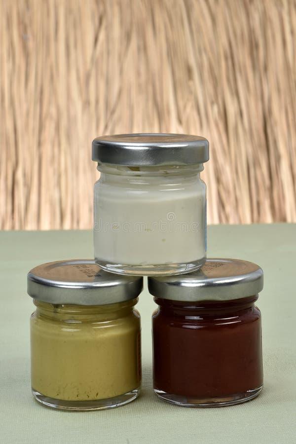 Potenciômetros com mostarda e ketchup da maionese imagens de stock