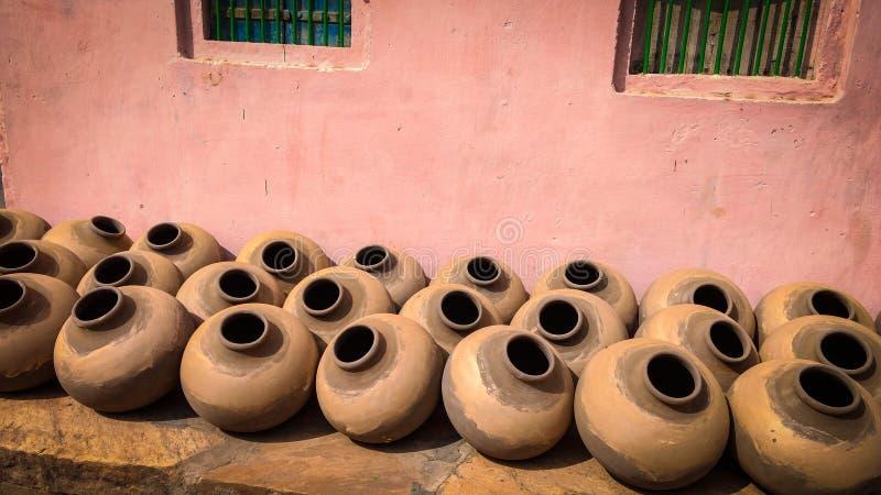 Potenci?metros de argila feitos a m?o tradicionais indianos para a ?gua pot?vel fotografia de stock