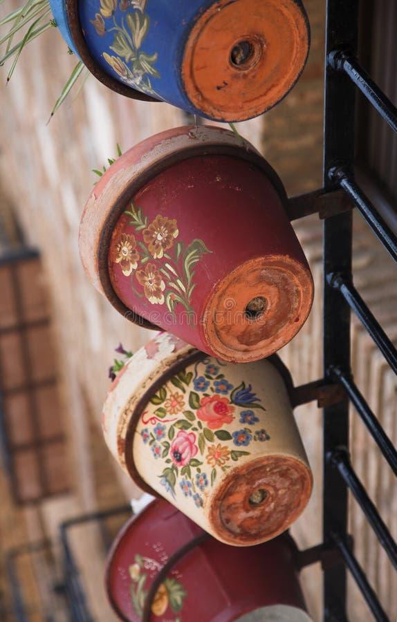 Potenciômetros de flor pintados imagens de stock royalty free