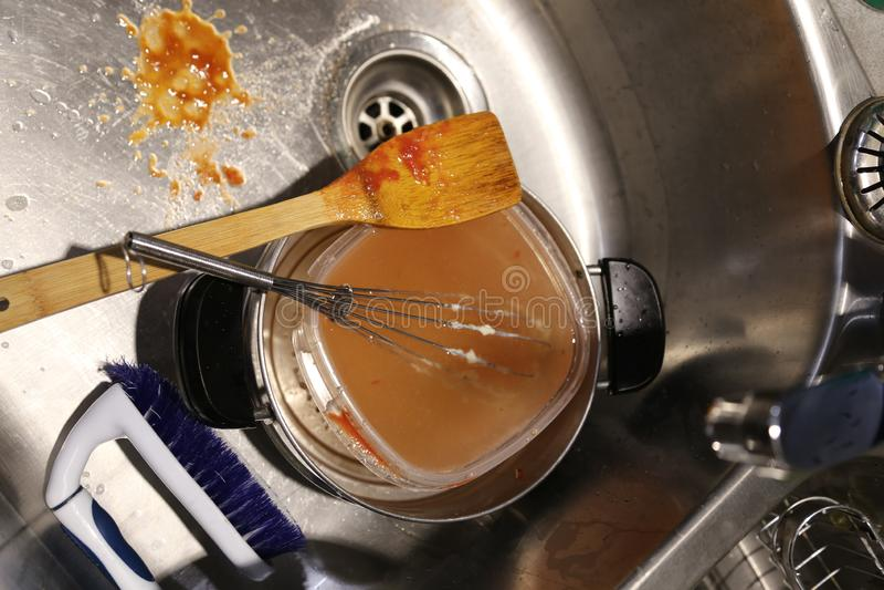 Potenciômetros e bandejas e estilo de vida sujo do cozinheiro chefe dos pratos foto de stock royalty free