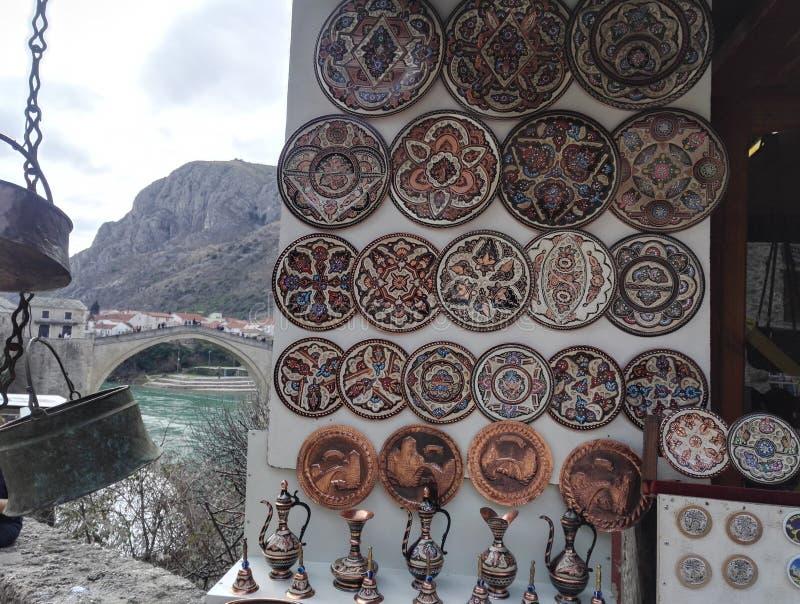 Potenciômetros handcrafted tradicionais do café do tanoeiro no suporte de lembrança, na Bósnia e na Herzegovina fotografia de stock