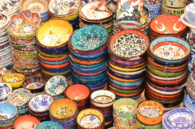 Potenciômetros turcos tradicionais bonitos para a venda, placas da cerâmica da cerâmica imagens de stock