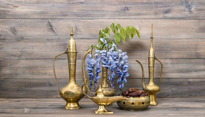 Potenciômetro árabe do chá da lâmpada do vaso do jarro Frutos e alimento e bebida das flores imagem de stock royalty free