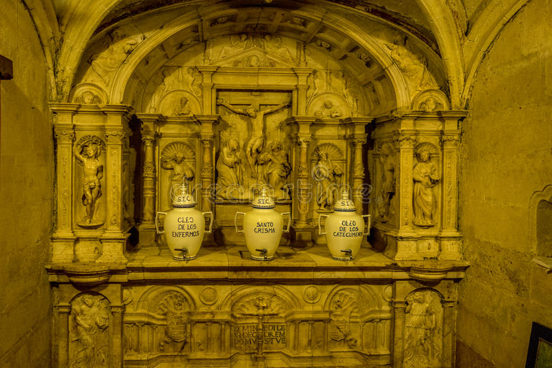 Potenciômetro branco cerâmico dentro da igreja da mesquita de Córdova fotos de stock royalty free