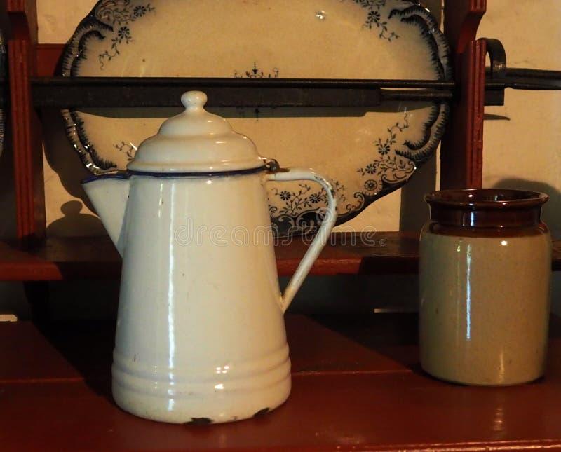 Potenciômetro branco do café do esmalte imagens de stock royalty free