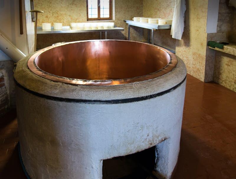 Potenciômetro de cobre para produzir o queijo imagens de stock