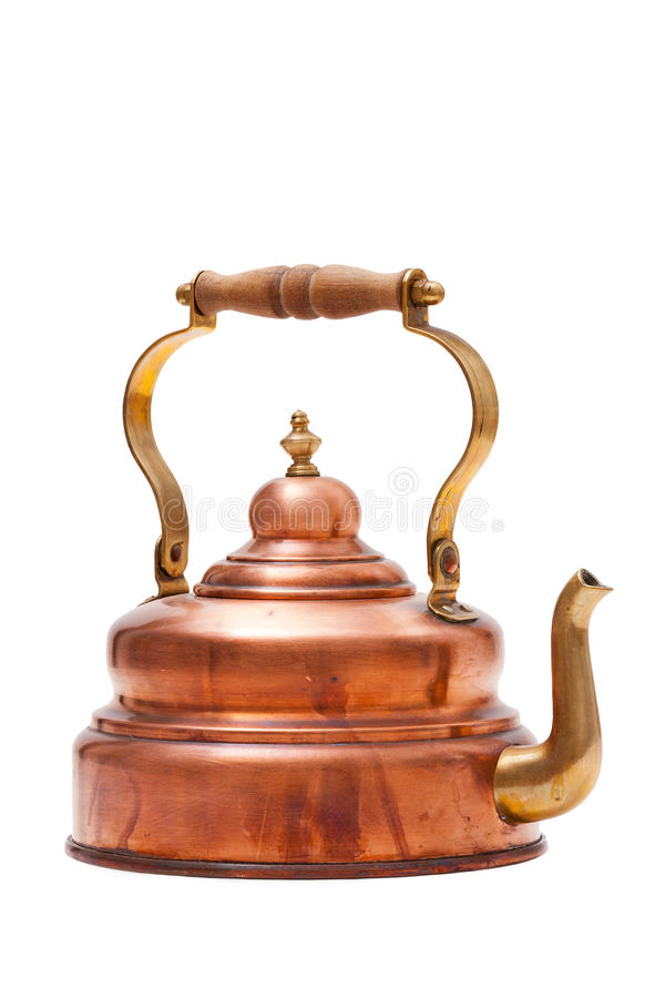 Potenciômetro de cobre velho do chá isolado no fundo branco imagens de stock