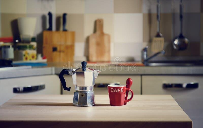 Potenciômetro do café na tabela de madeira no fundo da cozinha fotos de stock royalty free
