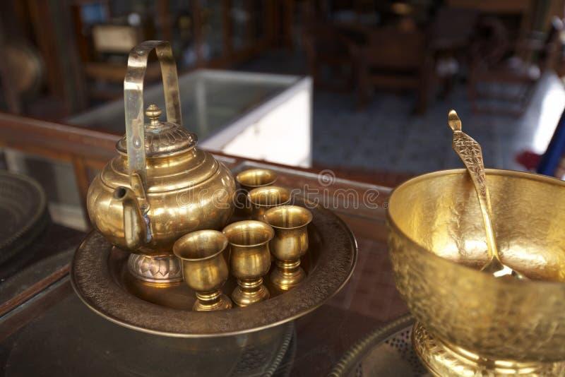 Potenciômetro e copo dourados chineses do chá fotografia de stock royalty free