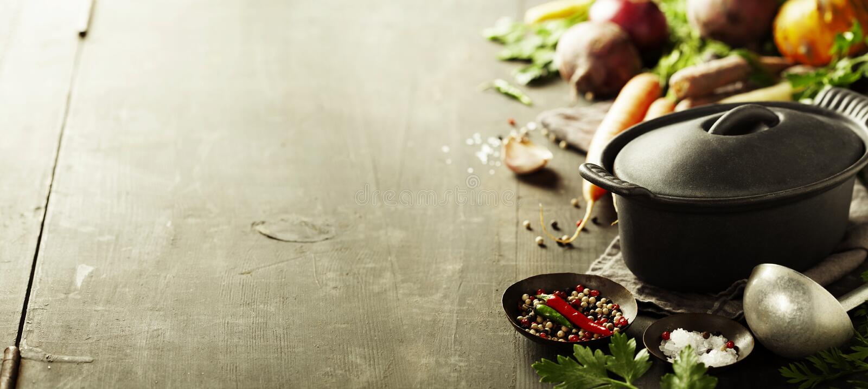 Potenciômetro e vegetais do ferro fundido imagem de stock