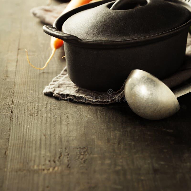Potenciômetro e vegetais do ferro fundido fotografia de stock royalty free
