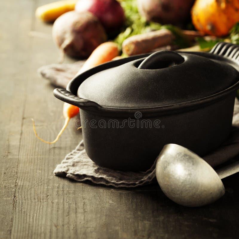 Potenciômetro e vegetais do ferro fundido imagens de stock royalty free