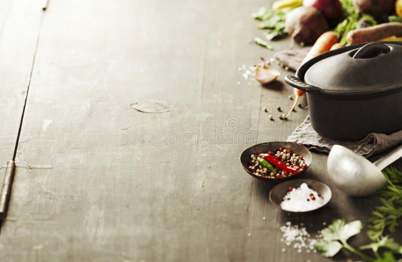 Potenciômetro e vegetais do ferro fundido foto de stock