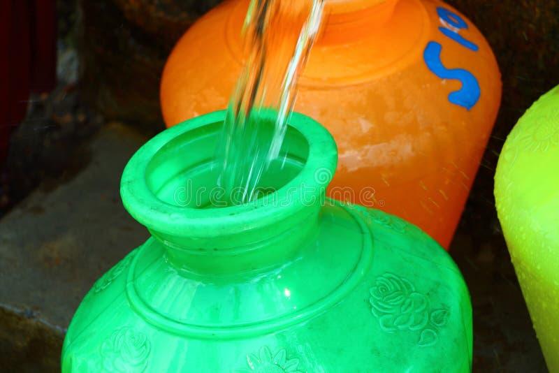 Potenciômetro plástico verde da água India fotos de stock