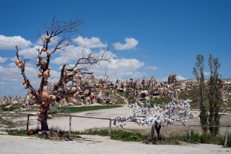 Potenciômetros cerâmicos nos ramos de uma árvore fotografia de stock royalty free