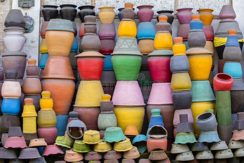 Potenciômetros de argila coloridos na terra Arte do turista e mercado do ofício Ubud na ilha de Bali, Indonésia foto de stock royalty free