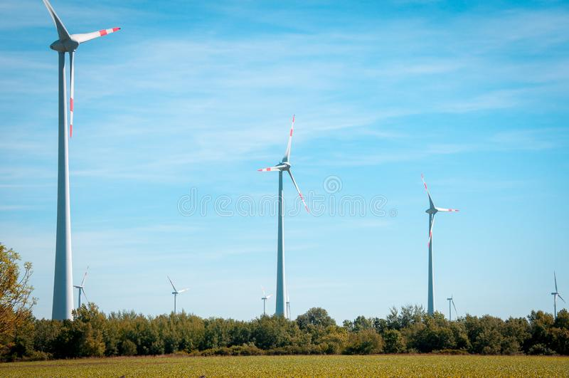 Potencia de Eco Turbinas de viento que generan electricidad en Europa viento imágenes de archivo libres de regalías