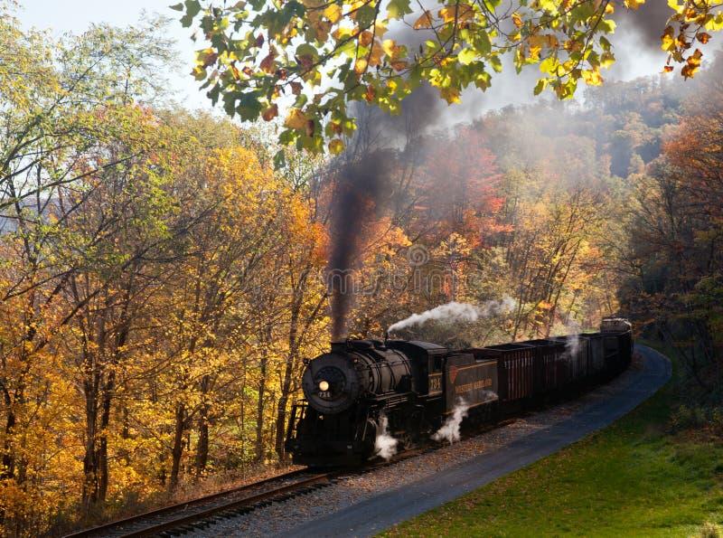 Potenzi del treno del vapore di WM lungo la ferrovia fotografia stock libera da diritti