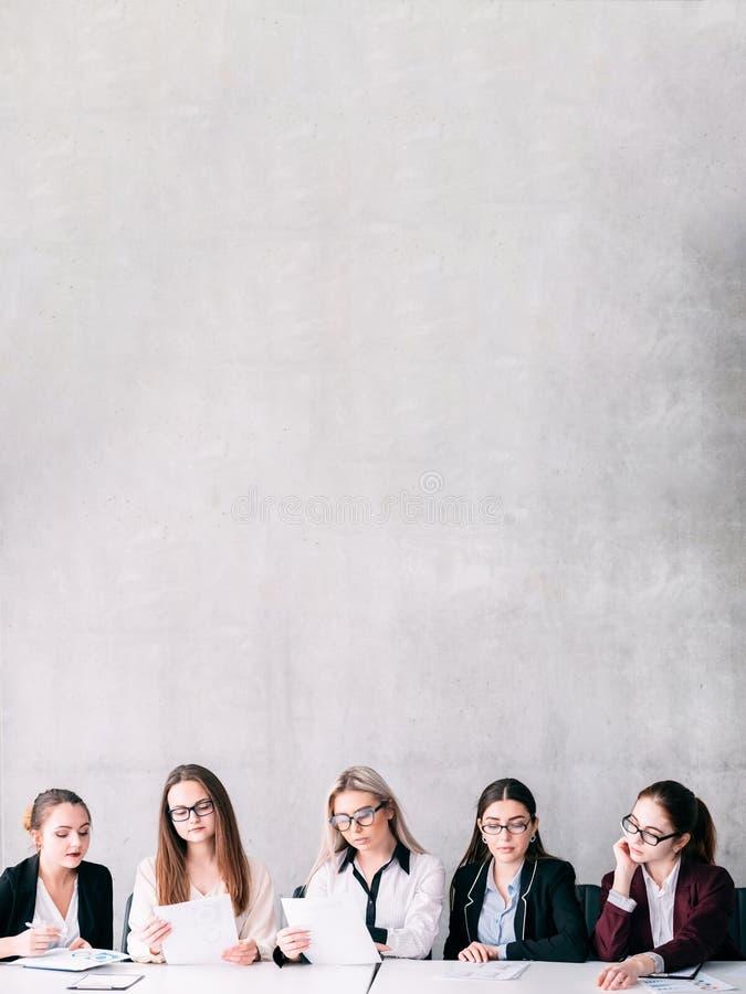 Potere astuto delle donne del simposio femminile dello scienziato immagini stock