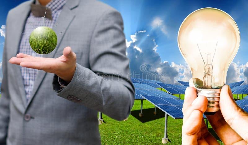 Potere pulito dalle pile solari e dai generatori eolici, sostenibili fotografia stock libera da diritti
