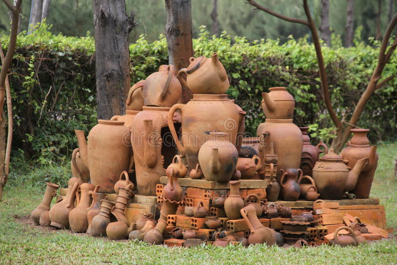Poterie dans le jardin vietnamien image stock