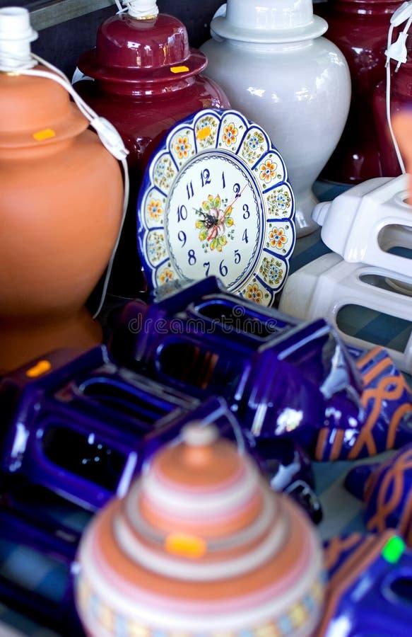 Poterie et céramique à vendre à un marché en Espagne photo libre de droits