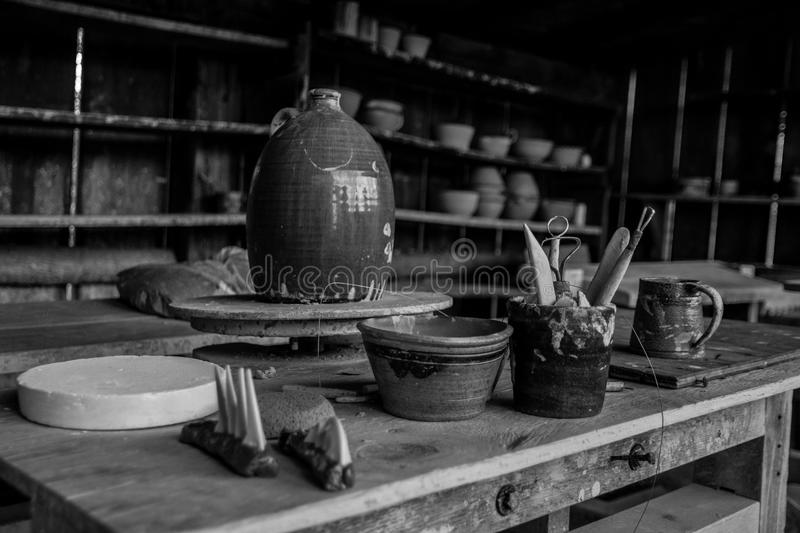 Poterie et outils photographie stock