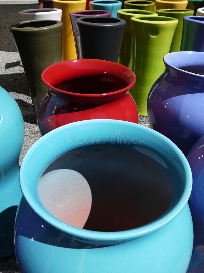 Poterie moderne : les planteurs en céramique colorés se ferment photographie stock