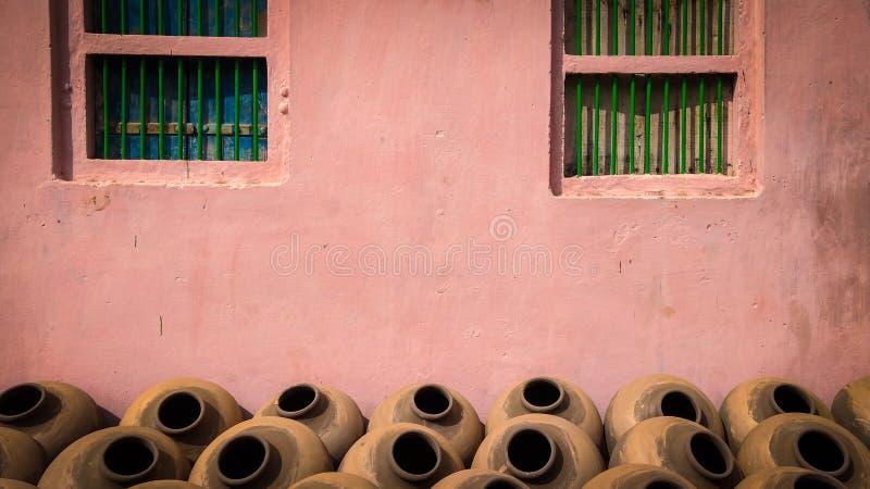 Potes de arcilla hechos a mano tradicionales indios para el agua potable fotos de archivo