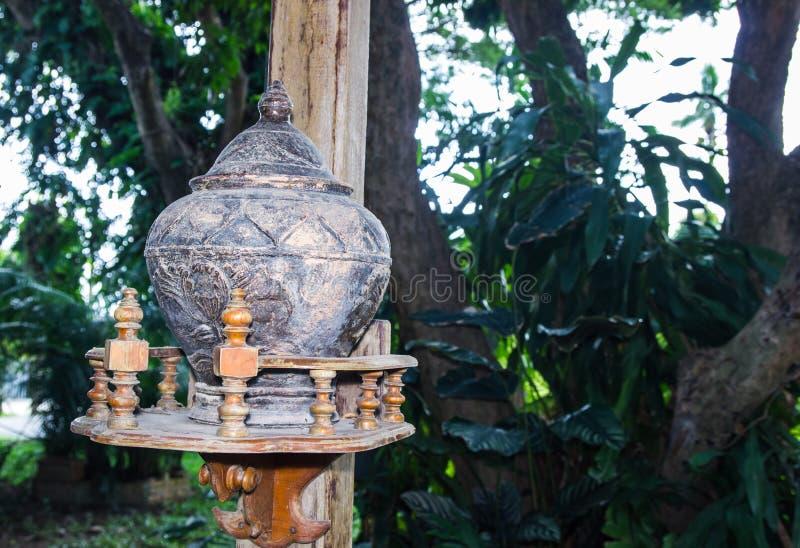 Potes de arcilla negros para el agua potable colocada fotografía de archivo libre de regalías