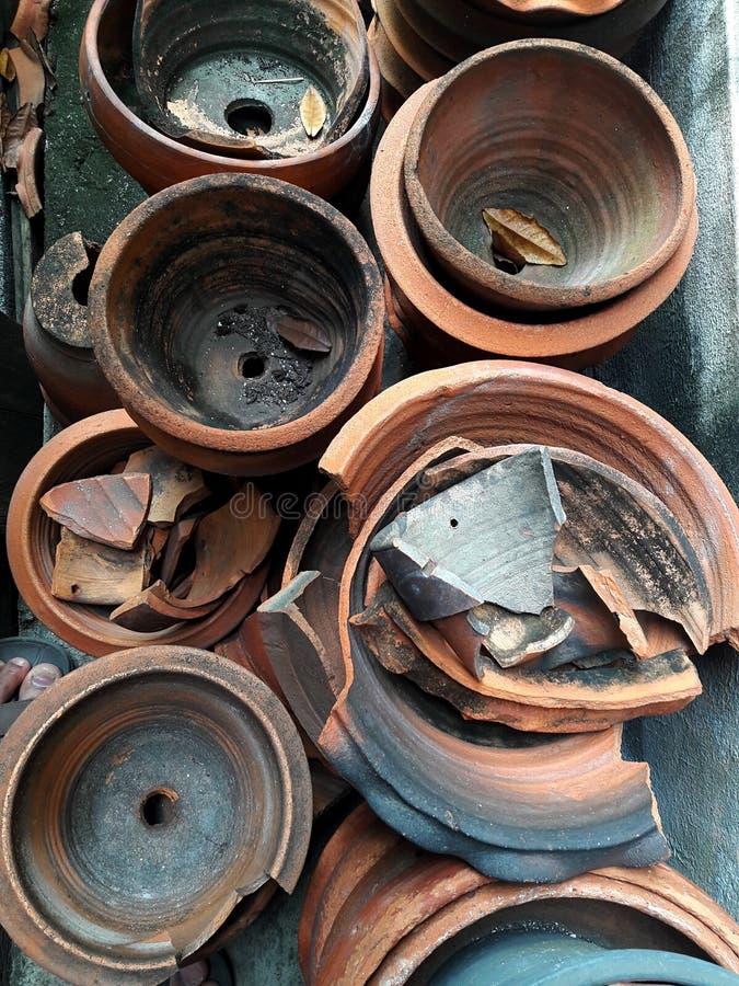 Potes de arcilla viejos muchos en el jardín trasero imagen de archivo libre de regalías