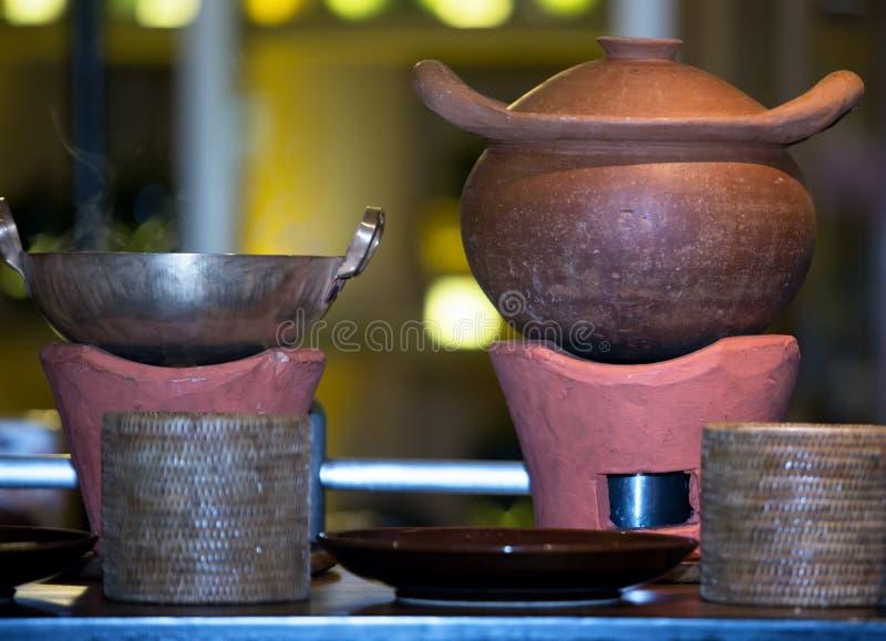 Potes de arcilla y estufas de cocinar antiguas imágenes de archivo libres de regalías