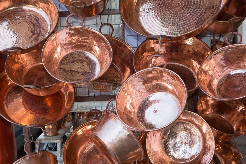 Potes de cobre en Santa Clara del Cobre Mexico imagen de archivo