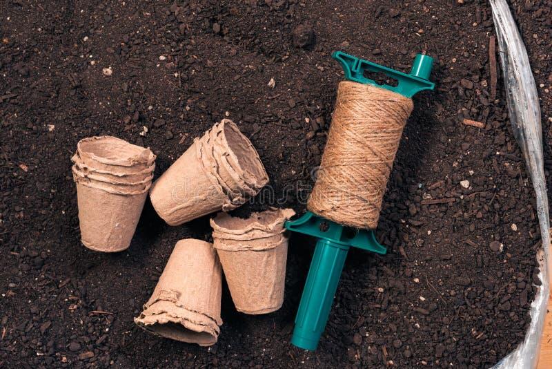 Potes de la planta, cuerda del yute y suelo biodegradables fotos de archivo libres de regalías