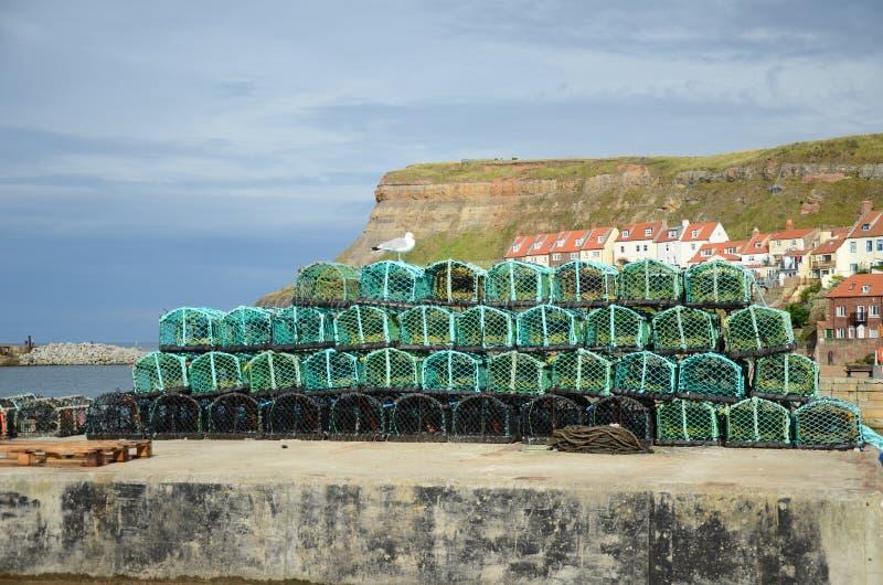 Potes de langosta de Fishermans encendido en el lado del muelle imagenes de archivo