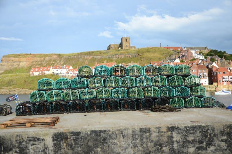 Potes de langosta de Fishermans encendido en el lado del muelle imagen de archivo