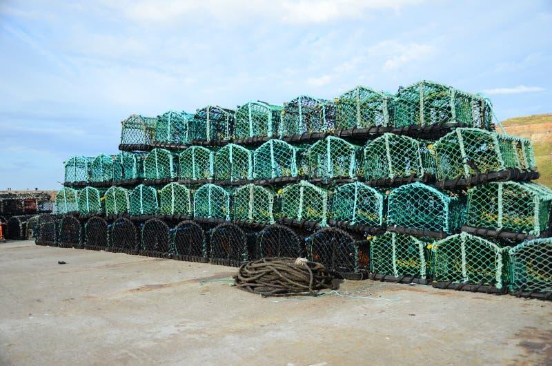 Potes de langosta de Fishermans encendido en el lado del muelle fotos de archivo