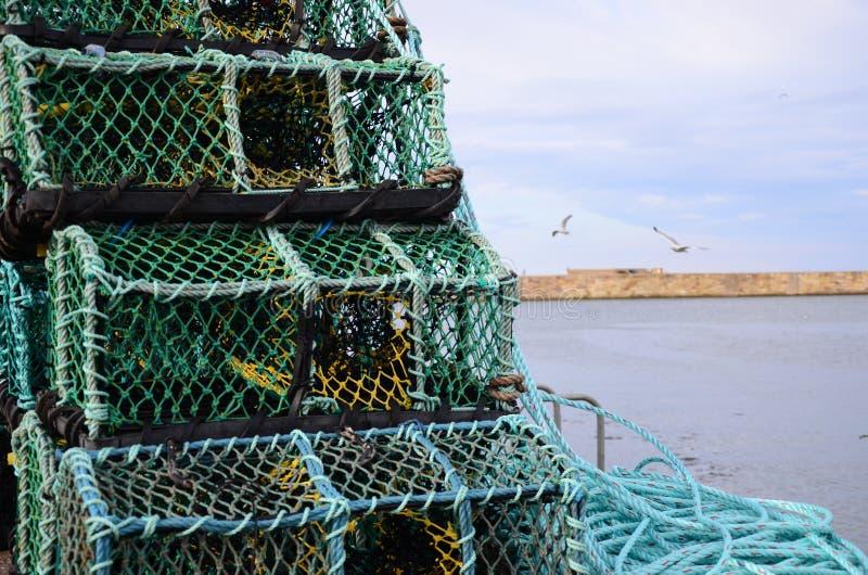 Potes de langosta de Fishermans encendido en el lado del muelle fotografía de archivo