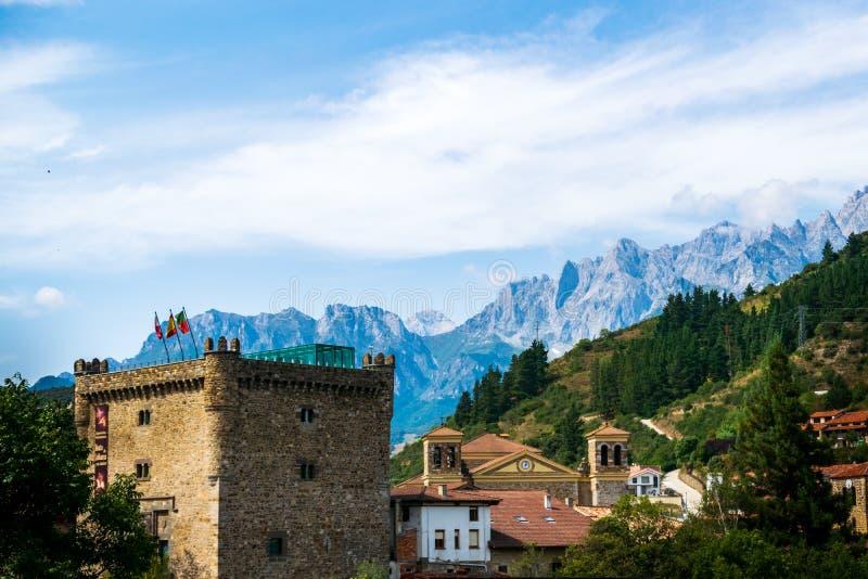 Potes En av de mest härliga släpen av Spanien royaltyfri bild